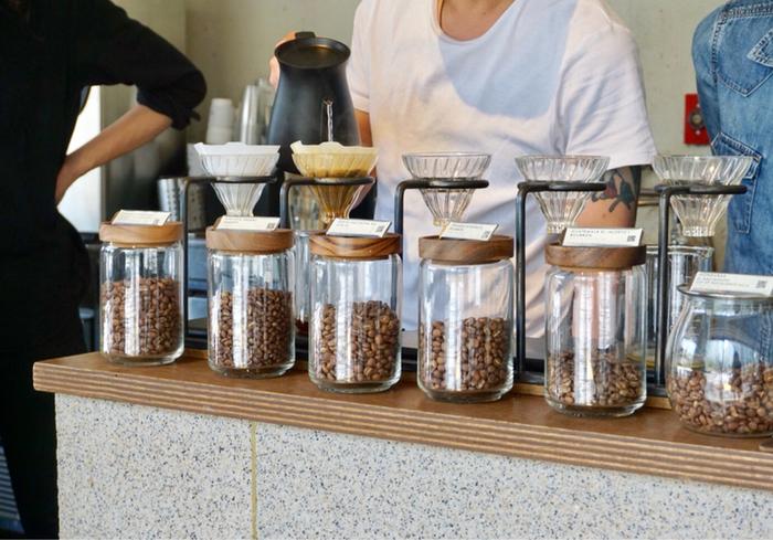 生産国や栽培農園、質感や風味など、さまざまな点で高品質な「スペシャルティコーヒー」。そのネーミングから敷居の高いイメージがありますが、有名バリスタが街角のコーヒースタンドを手がけるなど、ここ数年より身近に楽しめるようになってきました。こだわりの1杯が気軽に飲める都内のカフェをご紹介します。