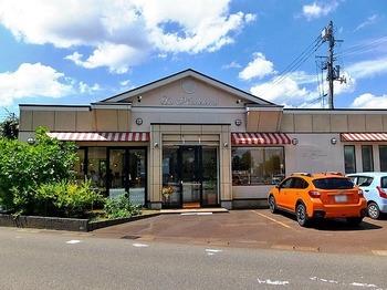 長岡駅から車で10分ほどの場所にある洋菓子専門店が「ラ・マドレーヌ」です。東京で人気店だった「ル・スフレ」で腕を振るっていたパティシエが作るスフレやケーキをいただけます。