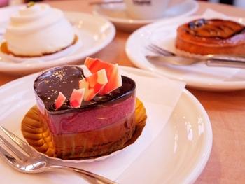店内にはイートインスペースがあります。ふわふわのスフレももちろん大人気ですが、可愛いビジュアルのケーキもおすすめです。食べる前に、写真を撮るのをお忘れなく。