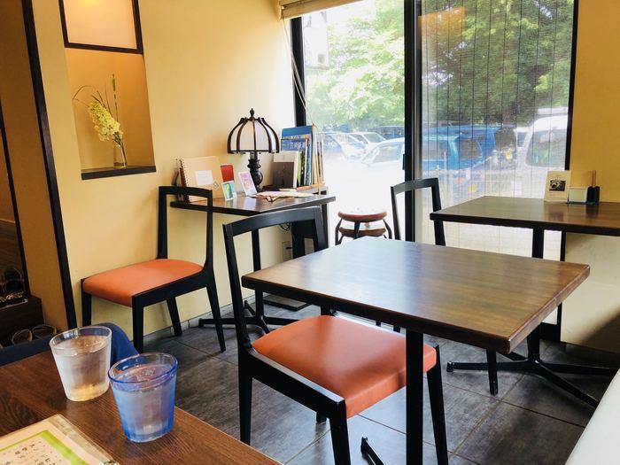 明るい店内はテーブルとカウンター席に分かれています。奥の席は靴を脱いであがるスタイルで、さらにゆったりできそう。