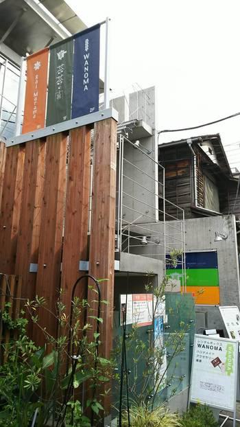 東京メトロの明治神宮前駅から歩いて5分ほどの静かな裏路地でにある「茶茶の間」は、原宿エリアの喧噪から離れた大人のティータイムにぴったりのお店。