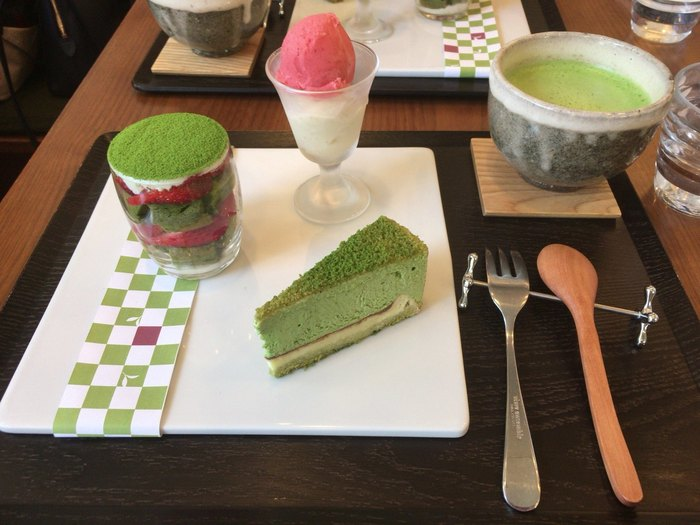 日本茶と一緒に食べることで、それぞれの良さが引き立つようにと考案された、抹茶ケーキやパフェなどの甘さ控えめのスイーツメニューも。日本茶の新しい楽しみ方を発見したい方は、ぜひ訪れてみてはいかがでしょうか?