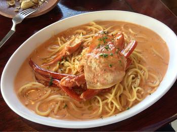 人気メニューのひとつが「日本一!のカニパスタ」です。名前のどおり絶品なのでぜひお試しあれ。他にも、寺泊ならではの新鮮な魚介類を使った料理が豊富です。
