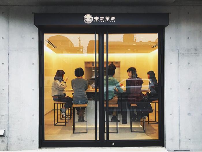 三軒茶屋駅から歩いて7~8分のところにある「東京茶寮(トウキョウサリョウ)」は、まるで絵画のフレームのようなスタイリッシュなガラス扉の外観が目印のお店です。