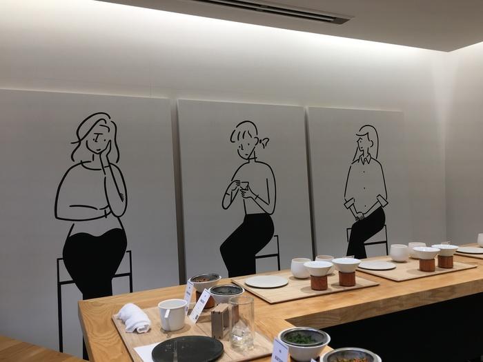 白壁と白木のシンプルな店内にレイアウトされた3枚のイラスト。こちらは、今注目のイラストレーター・長場雄さんとのコラボ企画です。3人の女性がそれぞれ席に座っているように見えませんか?すでに企画は終了していますが、デザイン会社が運営しているお店だけあって、おしゃれな企画が行われることがあります。