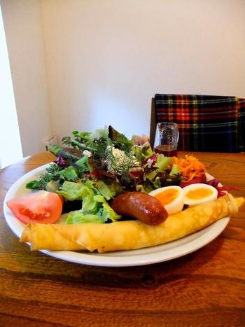 イギリスの定番おやつ「ブリティッシュパンケーキ」がいただけるのもここならでは。クレープのような生地をクルクルと巻いたちょっと変わった形で、サラダやウインナーなどのお食事系にも合うんです。たっぷりの生野菜にゆで卵やウインナーが盛りつけられたサラダとブリティッシュパッケーキが1枚セットになった「リリベットサラダプレート」は、食べごたえ満点です。