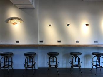 扇子や掛け軸、陶器などがディスプレイされた壁がアジアンテイストな店内。カウンター席もあるので、ひとりでもふらりとが入りやすいですね。