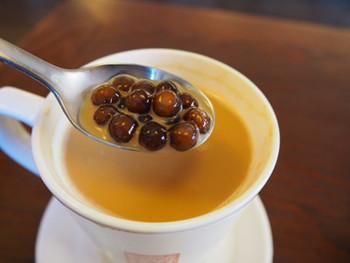 こちらでは、茶葉やタピオカ作りを自社で手掛け、無添加の茶葉など香料を使わない材料で作るこだわりよう。アイスでいただくのがポピュラーですが、ホットもおすすめ。ちょっと甘めのミルクティーとタピオカの組み合わせ…本場の味は一度食べてみる価値がありますよ。