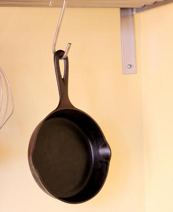 鉄鍋は、しみ込ませた油が薄くなると、錆びたり焦げ付いたりしやすくなります。 使った後は、洗剤やクレンザーはできるだけ使わずに洗い、遠火にかけて水分をよく飛ばした後、油を薄く塗っておきましょう。