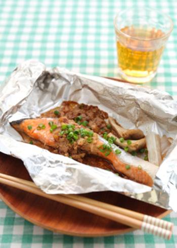 こちらも鮭の新しい一面を発見できるユニークな焼き魚レシピ。クルミ入りの味噌だれをのせて、アルミホイルで包み焼きにします。オーブンで焼いてから、仕上げに青ネギを散らしましょう。