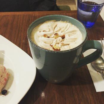 """紅茶店勤務の経験をもつオーナーご夫妻が""""もっと気軽にいろいろな紅茶を楽しんでほしい""""とはじめたこちらのお店。ミルクティーを中心としたメニューが多く、写真の「アップルシナモンのクリームティー」のようなおやつ系のドリンクも充実しています。"""