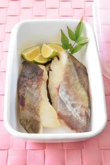 こちらは西京味噌にタラを付けて焼くレシピ。しっかりとした味わいが楽しめるでしょう。焼く前に、タラの表面に薄く油を塗るのがポイント。シンプルな簡単レシピなので、ほかの白身魚のアレンジにも◎