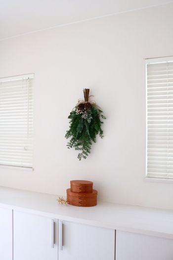 玄関に植物を置くスペースがないって時には、壁にスワッグを飾ってみてはいかがでしょうか?植物を壁に添えるだけで、グッとナチュラルな印象を演出してくれますよ。