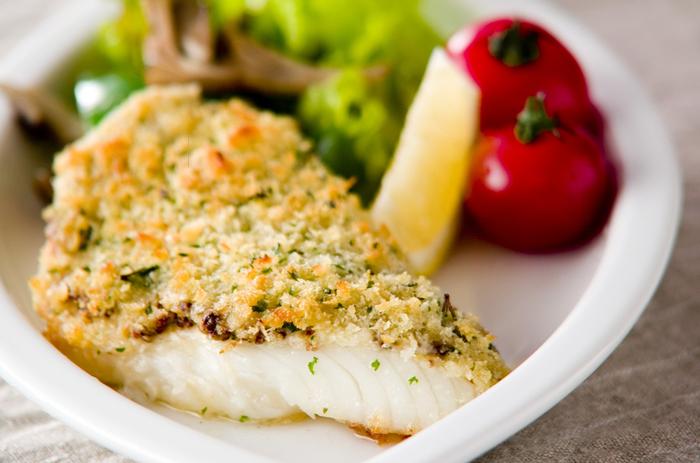 油で揚げていないのに、フライのようなサクサク感を味わえるパン粉焼き。こちらは付け合わせの野菜も一緒に作れるレシピです。粒マスタードとカレイの絶妙な相性も味わってみてくださいね。
