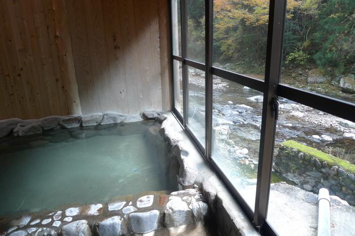 携帯の電波も届かないような奥地にある上湯温泉。保湿効果のある重曹泉で、美人の湯と呼ばれています。 上湯温泉を湯元としているのは、「神湯荘」だけです。