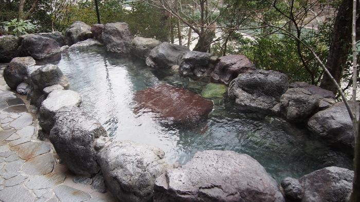 十津川に沿って旅館や民宿が並ぶ湯泉地温泉。泉質は単純硫黄泉で、疲労回復や慢性婦人病に効果があります。 大正時代から続く「十津川荘」の露天風呂は、十津川を見下ろしながら入浴できるのが魅力。
