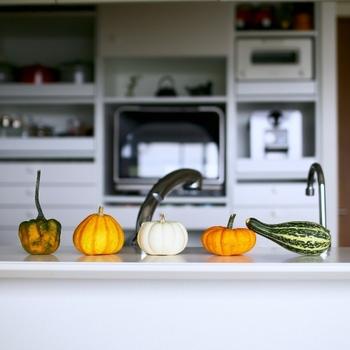 そこで今回は、ちょっとしたアイテムを使ったり、いつもと少し違う秋を意識した色使いで魅せる「秋のテーブルコーディネートアイデア」をご紹介したいと思います。