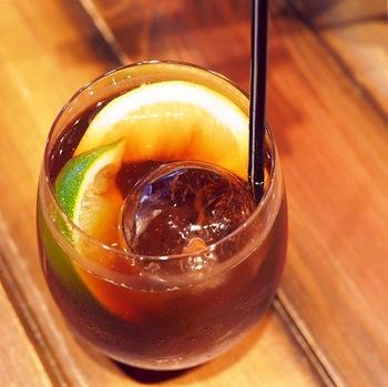 夜は、コーヒーを使ったカクテルも人気。こちらは「コールドブリュージントニック」。水出しコーヒーの酸味とジントニックの爽やかさが大人の1杯。昼も夜も楽しめるカフェに、ぜひ足を運んでみては?