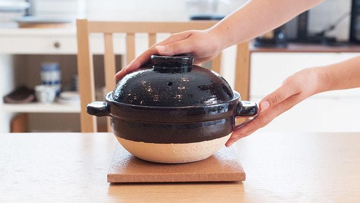 """土鍋にもさまざまな種類がありますが、長谷園のかまどさんは炊飯用のこだわり土鍋です。竈(かまど)で炊いたみたいな、あの""""ごはん""""をおうちで味わってみませんか。"""
