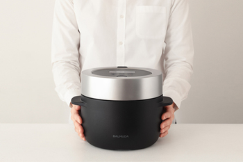 BALMUDAの炊飯器は、スタイリッシュなデザインはもちろん、おいしくお米を炊く工夫がたくさん備わっています。蒸気の力でじっくり炊き上げるごはんは、お米本来の味わいを楽しめますよ。