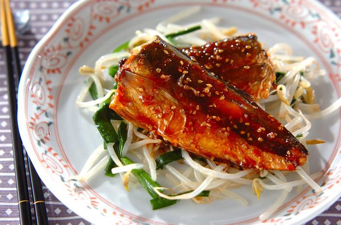 こちらは干物の概念を覆してくれるような斬新なレシピ。アジの干物をコチュジャンなどを使った韓国風たれで味付けしています。もやしやニラなどの野菜もたっぷり摂れますよ♪