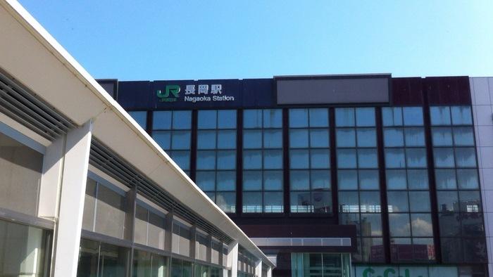 長岡へは、東京駅から新幹線に乗車すれば、乗り換えることなく2時間かからずに訪れることができます。また、新宿や池袋などの都内主要エリアからは高速バスの運行もあるので、値段を抑えて観光したい方は高速バスを利用するのもおすすめです。また、関越自動車道も通っているため、車でのアクセスも容易。首都圏からは車で4時間ほどで足を運ぶことができますよ。