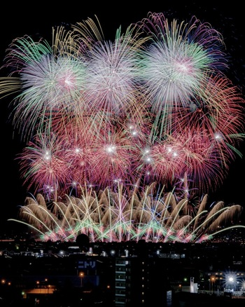 新潟県の長岡市と聞くと、毎年8月に行われている「長岡まつり大花火大会」を思い浮かべる方も多いのではないでしょうか。日本三大花火にも数えられているほどの花火大会で、新潟県内外から多くの観光客が訪れます。 ですが、花火だけでなく、山古志の棚田をはじめとした自然豊かな山や、静かで美しい日本海を満喫できる魅力が詰まったスポットも多くあります。また、美味しいお米や、そば、新鮮な海の幸を堪能できるエリアでもあるので、グルメにも注目して観光するのがおすすめです。
