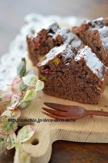 クランベリー×ピスタチオ×チョコレートの相性抜群なトリオのケーキです。クランベリーの甘酸っぱさ、ピスタチオの濃厚なコクと香ばしさ、チョコレートの香りがふわ~っと広がります。