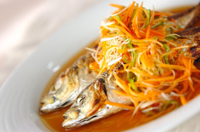 アジの塩焼きは、後からかけるタレで変化を楽しむ方法もありますよ。こちらは野菜たっぷりのタレで食べるレシピ。赤唐辛子がピリっと効いて、黒酢の酸味も食欲をそそります。
