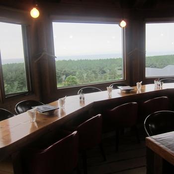 寺泊地区にある人気のレストランが「バナナウィンズ」です。海を見ながらのんびりと過ごせるので、観光客のみならず地元の人からも親しまれています。テラス席もあるので、天気の良い日には外で海の景色を楽しみながら食事を堪能してくださいね。