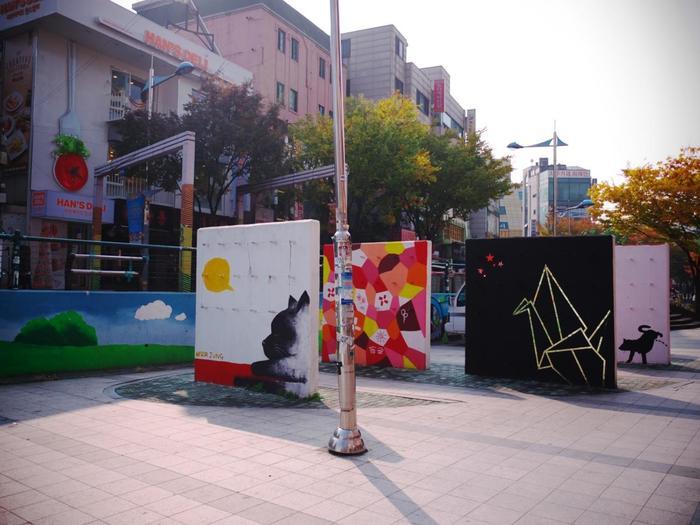 弘大の街を少し歩くと、あちこちでいろんな壁画アートに遭遇します。なかでも弘益大学のキャンパスに沿った「ピカソ通り」にはユニークな作品が多く、目を楽しませてくれますよ。