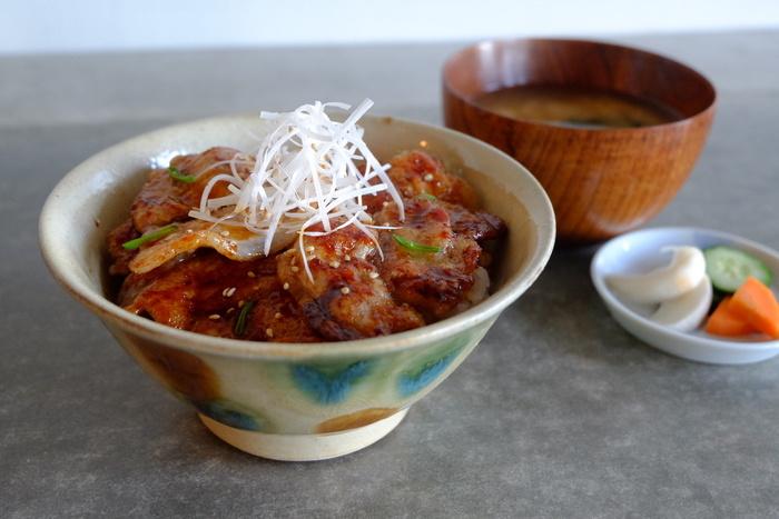 """しっかりごはんを食べたい方も満足できるこちら「みやじ豚丼」は、湘南・藤沢で育てられた""""みやじ豚""""を甘く濃厚な醤油だれで絡め、宮城県産のつや姫にのせた丼。"""