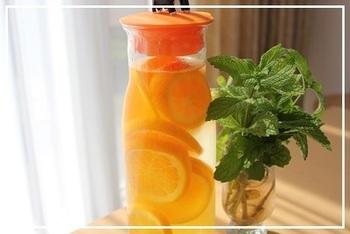 『贅沢♪オレンジのフレーバーウォーター』  オレンジを丸々1個使ったフレーバーウォーターは、冷蔵庫で3時間ほどで出来上がります。うっすら水にもオレンジ色がつき、とってもきれい*