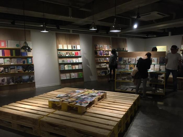 地下4階~地上7階まであり、デザイン雑貨のショップ「デザインスクエア」やカフェ、ライブホール、ギャラリー、インデペンデント系の映画館など…。「デザインスクエア」には若手作家が手がける作品をはじめ、雑貨や文具、インテリア小物などが並びます。アート好きならずとも、きっと足を運んだら長居したくなるはず♪