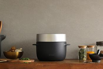 羽釜のようなデザインの炊飯器はバルミューダ製。おうとつの無いスッキリとした側面は家電とは思えない佇まい。シンプルな操作ボタンが上面に配置されています。
