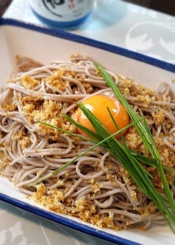 からすみといえばパスタというイメージもありますが、日本蕎麦もおすすめ。蕎麦に日本酒や麺つゆをからめ、からすみを一面にすりおろします。あとは卵黄を落として。なんと贅沢でおしゃれなお蕎麦でしょう♪