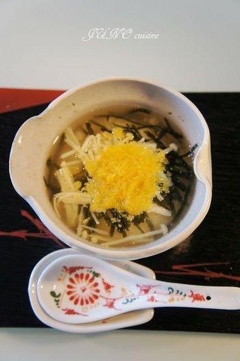 こちらも、からすみのポピュラーな使い方、お茶漬け。えのき茸を出汁で煮て、ご飯にかけ、からすみをのせています。お酒の〆などにもぴったりです。