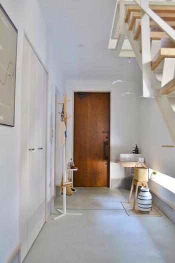 """おうちの""""顔""""とも言われる玄関。毎日使う玄関がキレイに片付いていると気分が良くなりますよね。また急な来客があったとしても慌てずに気持ち良くお客さんを招き入れることができます。そこで今回は、何かとごちゃつく玄関をキレイで快適な空間にするためのアイデアをご紹介します♪"""