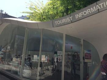 ちなみに「歩きたい通り」のそばには、日本語対応可能な『弘大観光案内所』があるので、情報収集に立ち寄ってみてくださいね。