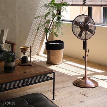 扇風機と言えば白物家電?いいえ、メタリックでスタイリッシュなデザインの扇風機も探せばあります。落ち着いた色味だから、大人っぽいお部屋にぴったり。