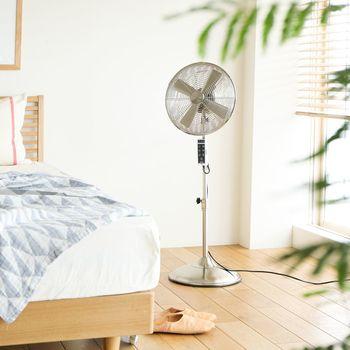 明るく爽やかなお部屋に置きたいなら、シルバーの輝きはいかが?シンプルでちょっとメカニックなデザインで飽きずに使い続けられそう。