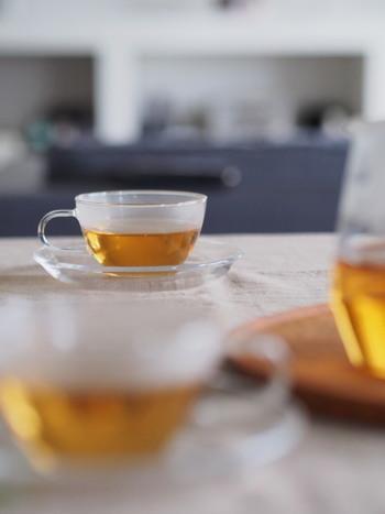 夜ご飯の後はコーヒー・紅茶・緑茶などのカフェインが含まれているドリンクは避けて、安眠を導いてくれるハーブティーを飲んでみてください。眠る前にリビングでゆっくりと心と体を整えながら、明日食べたい物なんかを旦那さんと話したりと穏かな時間を過ごしてみるのもいいですね。