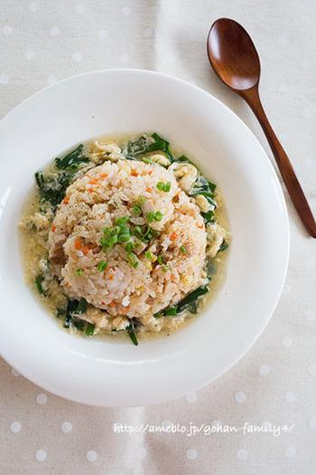 ニラ玉あんかけチャーハンに、中華風塩焼きそば、えびワンタン餃子、白菜サラダなどを合わせた、中華メニュー。男性やお子さんも喜ぶ、ボリュームも栄養も十分な食事ですね。