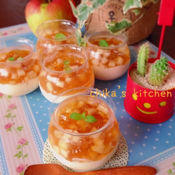 豆乳ブラマンジェとリンゴゼリーの2層仕立てスイーツは、子供から大人までみんなに喜ばれるレシピ。角切りリンゴがたっぷり入ったゼリーはリンゴジュースで作るので手軽にできちゃいます。