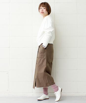 カーキのタイトスカートを、真っ白のトップスとレースアップシューズでサンド。ソックスも淡い色にして、足元を軽やかに演出。