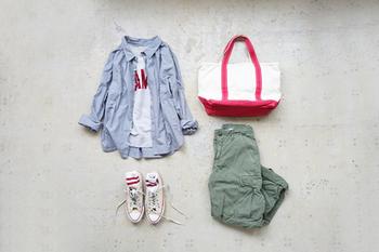トートバッグにソックス、Tシャツのロゴなど、レッドを小さく散らせば地味見えしないパンツスタイルの出来上がり♪