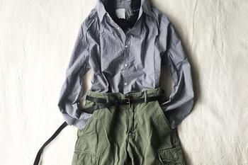 マニッシュなシャツとカーキパンツの組み合わせ。ブラックの細ベルトをONすれば、ひとさじの女性らしさが備わります。