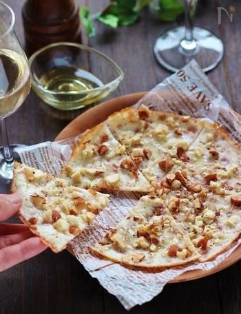 ナッツとチーズの組み合わせには、少し酸味のある赤ワインがよく合います。ピザの生地ではなく、スライスチーズを生地の代わりにしているので、カリッととても軽く、ナッツの食感ともよく合います。