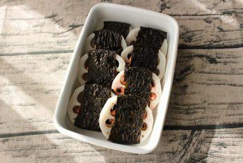 れんこんにお肉などを挟むのも調理方法のひとつですね。こちらは明太子を挟んだタイプ。後はマヨネーズと海苔だけでできちゃいます。れんこんに明太マヨネーズを挟んで海苔で巻いたら、レンジにかけるだけ。お弁当のおかずにもなりますよ♪  【保存期間:冷蔵庫で5日】
