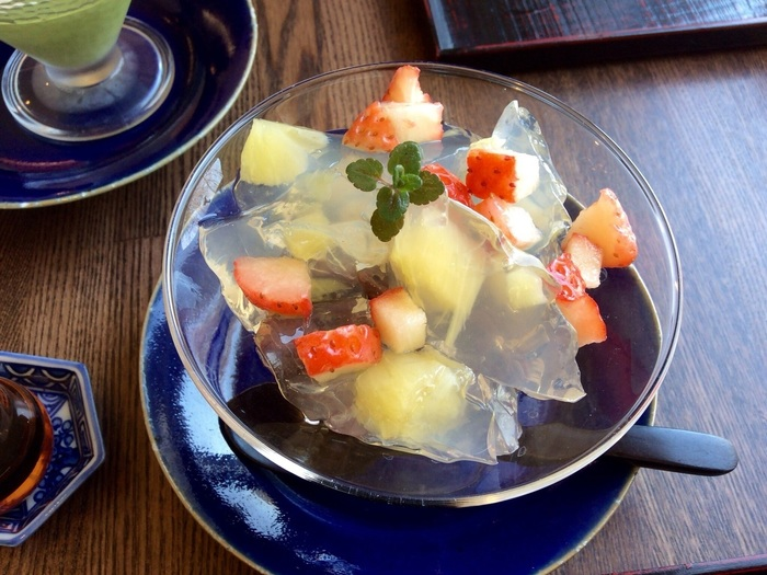 甘味もおすすめ。旬の果物を寒天と葛に閉じ込めた「フルーツ錦玉」は、宝石のような美しさです。透き通る寒天の中にカラフルな果物がぎっしり。日本茶をいただきながら、ぜひゆったり過ごしてみてください。